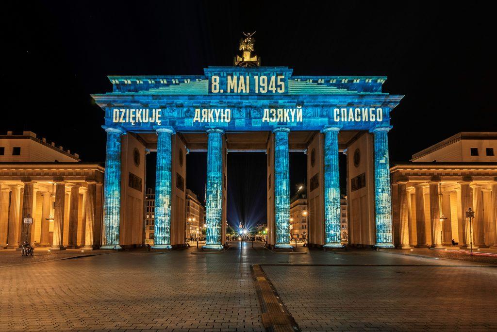 """8. maja 2020: """"Dziękuję"""" na Bramie Brandenburskiej w Berlinie"""